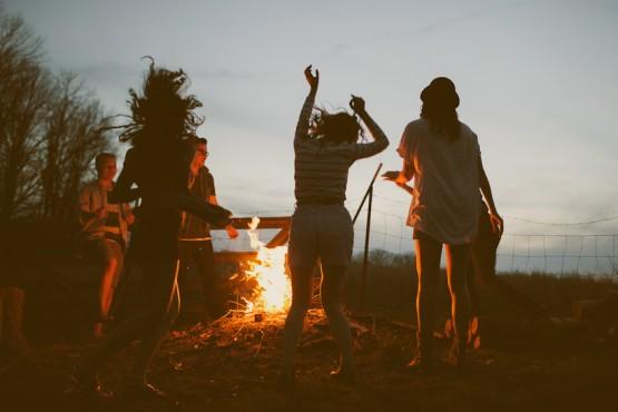 Atpūta ar draugiem pie uguns