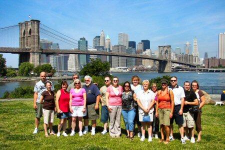 Tūristu grupa pie Bruklinas tilta, Amerikā